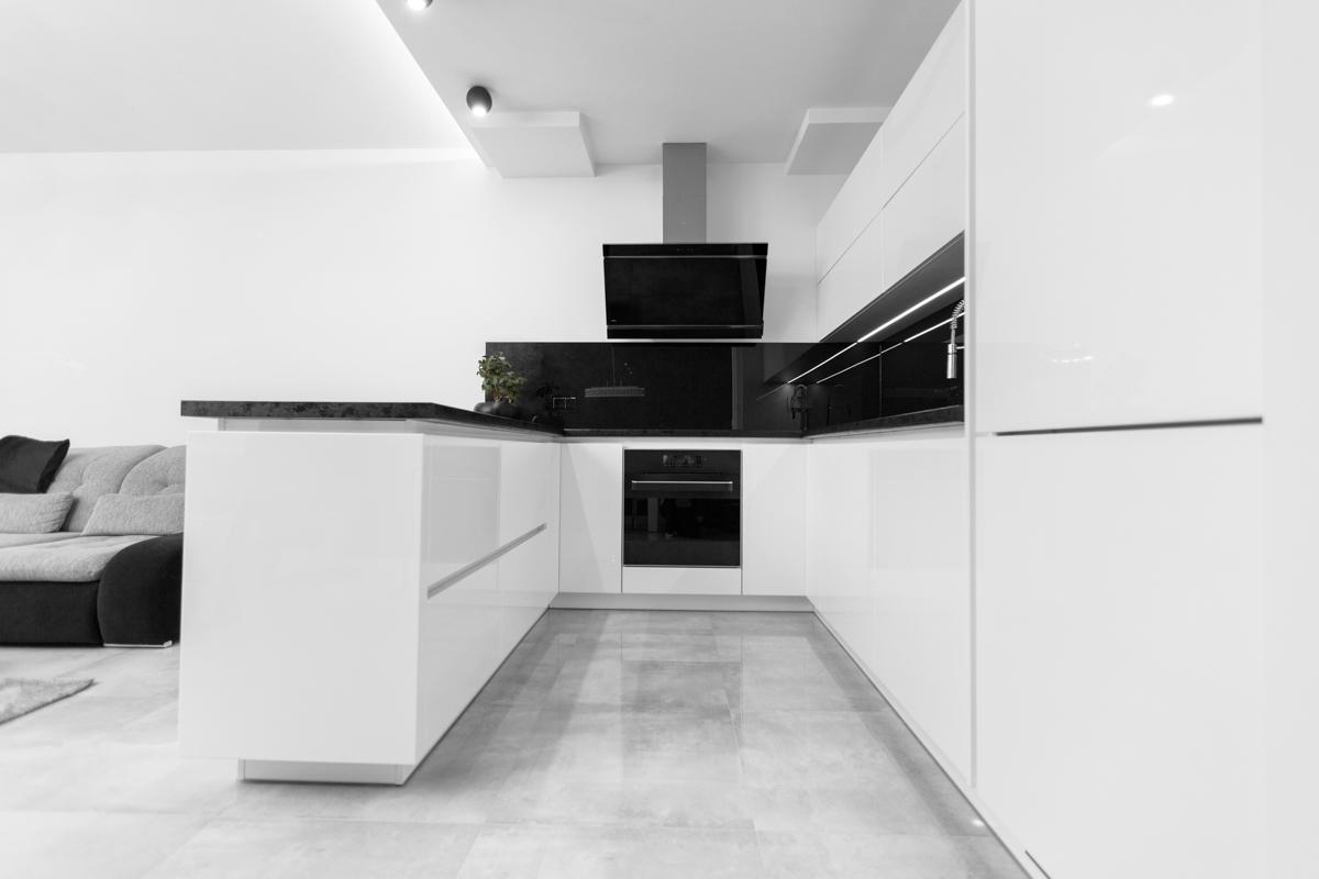 Niska perspektywa fotografii wnętrza kuchennego